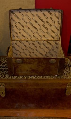 10.abr.2012 - Baús revestidos de couro, pele de animal e com o nome de Clodovil em seu interior. As peças serão leiloadas nesta quinta-feira (12) e têm lance livre
