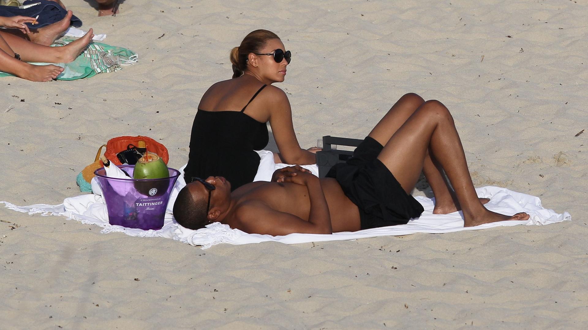 Após três meses do nascimento de Blue Ivy, primeira filha do casal, Beyoncé e Jay-Z passam segunda lua de mel em praia do Caribe (10/4/12)