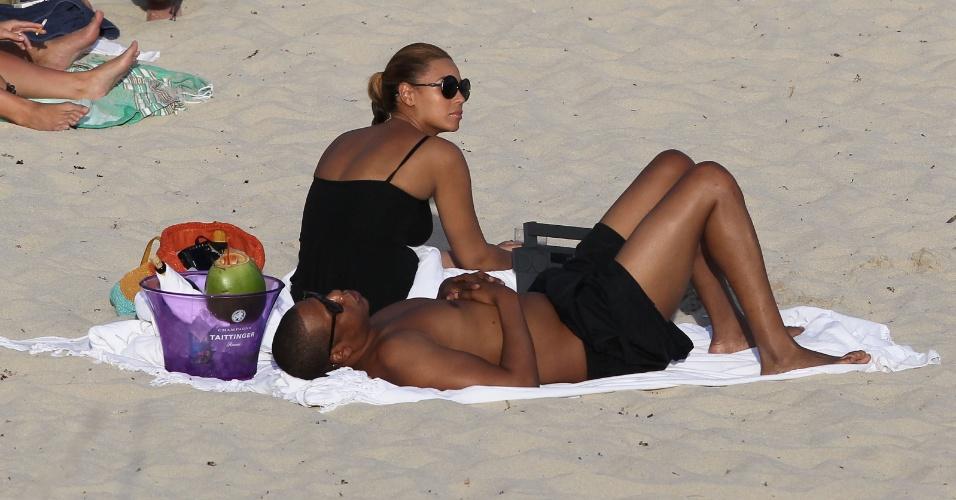 Beyoncé e Jay-Z são clicados relaxando em uma praia do Caribe. O casal está passando uma segunda lua de mel após 4 anos de casamento e o nascimento, há 3 meses, de Blue Ivy, primeira filha do casal (10/4/12)