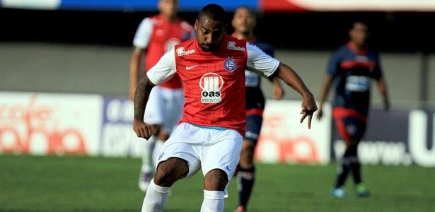 Coelho, lateral direito do Bahia, faz jogada durante a partida contra o Bahia de Feira, em Pituaçu (08/04/2012)