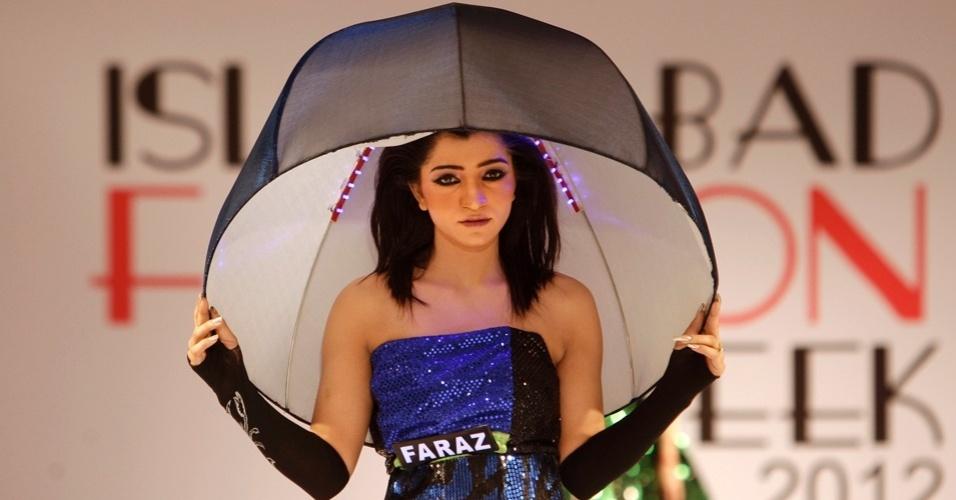 Guarda-chuva ou abajur? O look curioso foi criado por estilistas da universidade paquistanesa Gift e desfilado durante a semana de moda de Islamabad (10/04/2012)