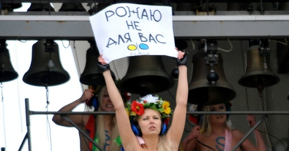 Integrantes do grupo feminista Femen protestam seminuas em igreja de Kiev, capital da Ucrnia, contra projeto de lei que probe todo tipo de aborto, com exceo dos casos em que h risco  sade da mulher