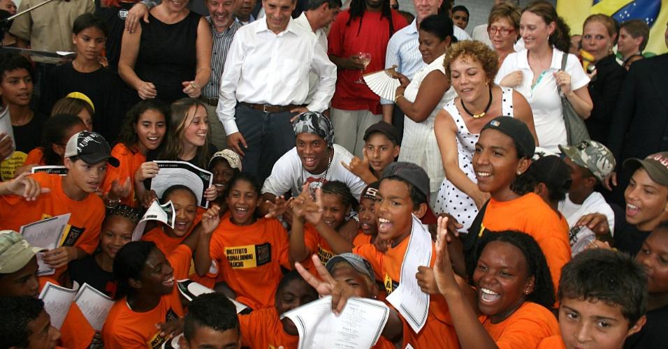 Jogador Ronaldinho Gaúcho junto com as crianças do Instituto que leva o seu nome e diversos políticos do RS (arquivo)