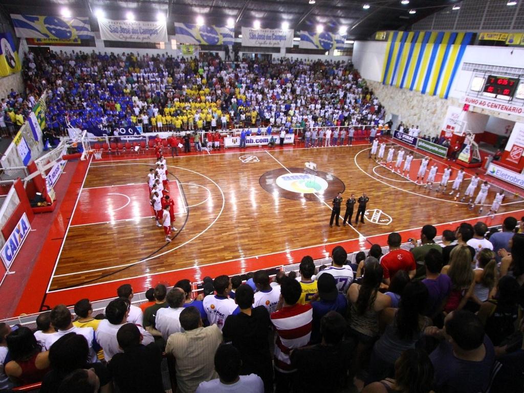 Jogadores de Pinheiros e São José se alinham antes do início da partida