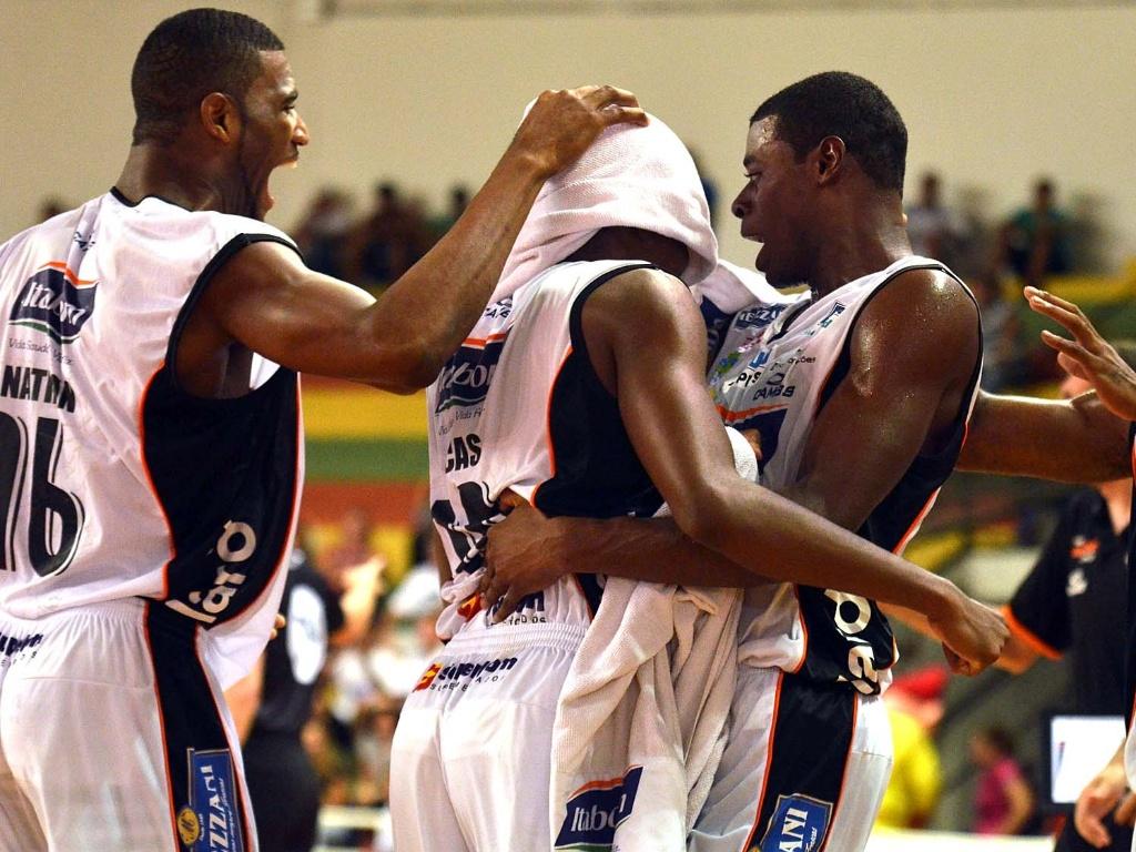 Jogadores do Bauru celebram a vitória sobre o Brasília