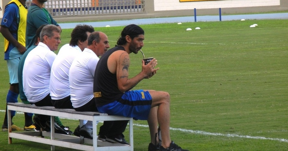 Loco Abreu acompanhou o jogo entre reservas e juniores ao lado da comisso tcnica tomando chimarro