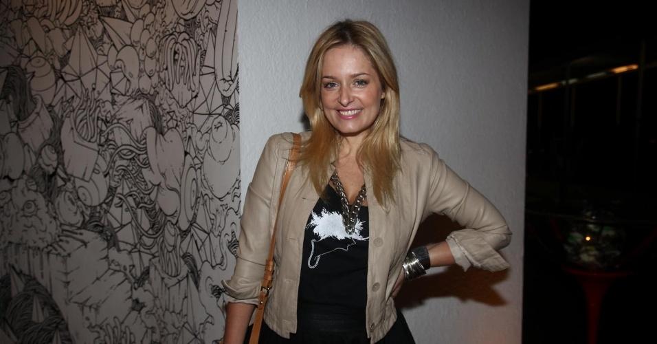 """Luciana Vendramini prestigia a pré-estreia do filme """"Essa Maldita Vontade de Ser Pássaro"""" no Museu da Imagem e do Som de São Paulo (10/4/2012)"""