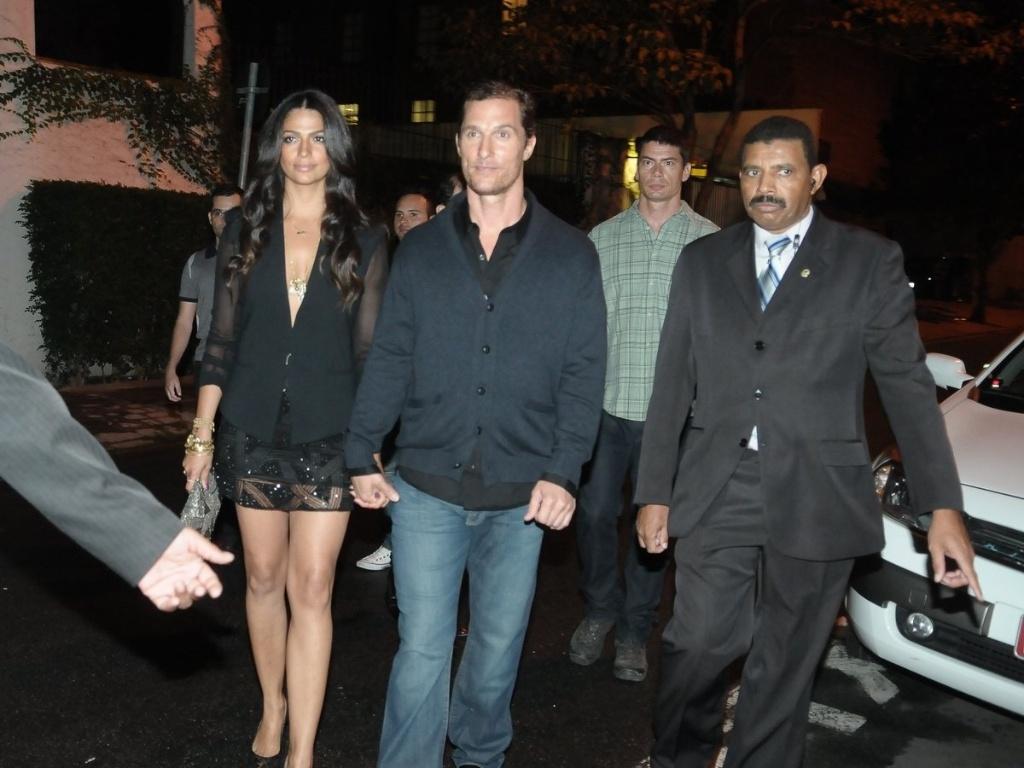 Matthew McConaughey e Camila Alves prestigiam evento no bairro dos Jardins, São Paulo (10/4/2012)