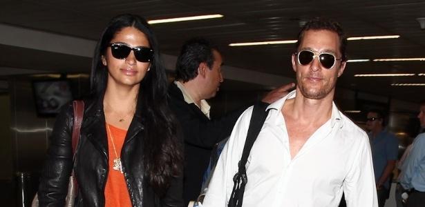 O ator americano Matthew McConaughey e sua noiva, a modelo e apresentadora brasileira Camila Alves, desembarcaram no Aeroporto Internacional de Guarulhos, em São Paulo, para participarem da inauguração de uma loja na rua Oscar Freire, no bairro nobre dos Jardins, nesta terça-feira (10/4/12)