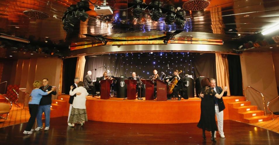 Passageiros do cruzeiro memorial do Titanic, que seguirá a mesma rota do Titanic, cujo naufrágio completa 100 anos no próximo dia 14 de abril, dançam valsa