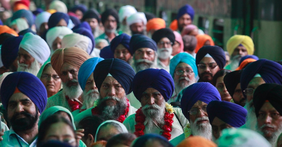 Peregrinos sikhs chegam na fronteira Wagah no Paquistão, para participar do festival Baisakhi