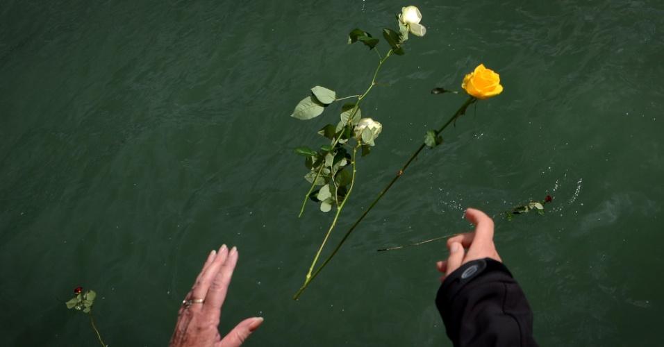 Pessoas jogam rosas ao mar dos ancoradouros 43 e 44 do porto de Southampton, na Inglaterra, onde o Titanic iniciou viagem que terminaria com o naufrágio em 14 de abril de 1912