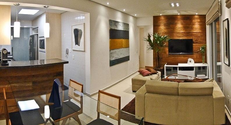 O apartamento Putti tem 60 m² e projeto de interiores assinado pelo arquiteto Flavio Castro. O imóvel foi entregue pela construtora no contrapiso, com louças e metais simples e, depois, repaginado pela troca de 100% de seus revestimentos