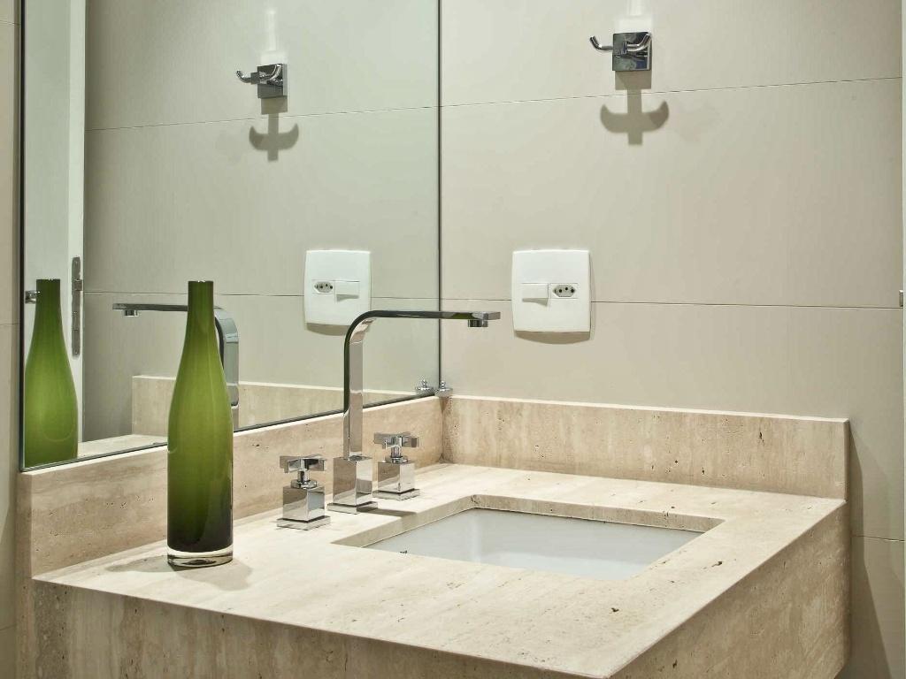 #4F5C22 banheiro da suíte recebeu porcelanato crema act (30 X 90 cm) da  1024x768 px reforma de banheiro com porcelanato