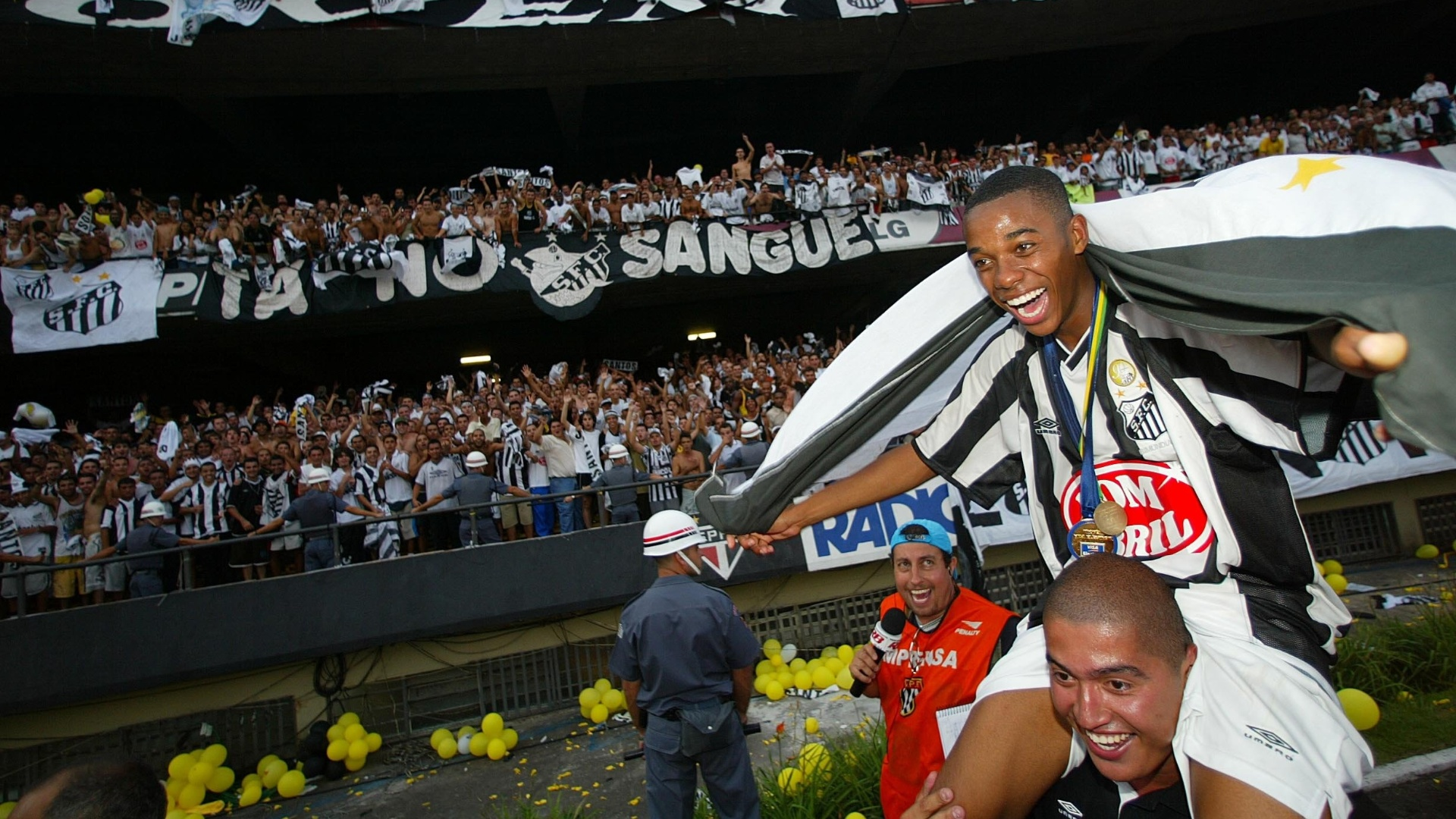 Robinho comemora o ttulo brasileiro de 2002, conquistado pelo Santos