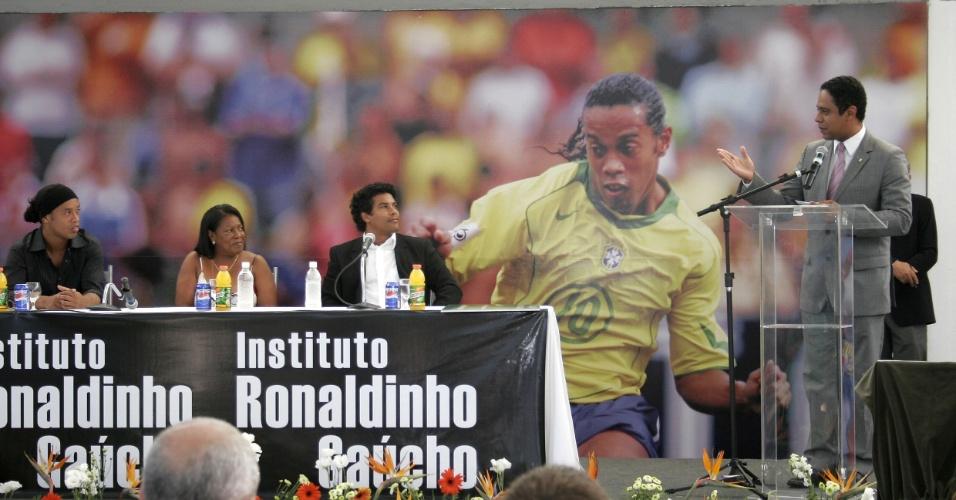 Ronaldinho Gaúcho, dona Miguelina e o irmão Assis Moreira no lançamento do Instituto do jogador escutam o ministro do esporte Orlando Silva (arquivo)