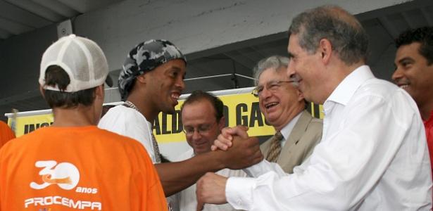 Ronaldinho Gaúcho com o então prefeito de P. Alegre, José Fogaça, em cerimônia no projeto social