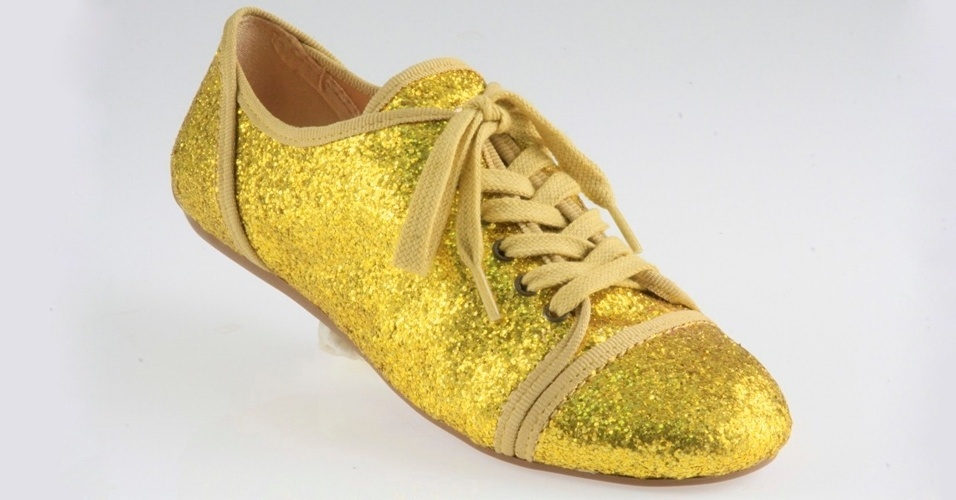 Tênis com glitter dourado; R$ 139, na Ballasox (Tel.: 51 3038-3333)