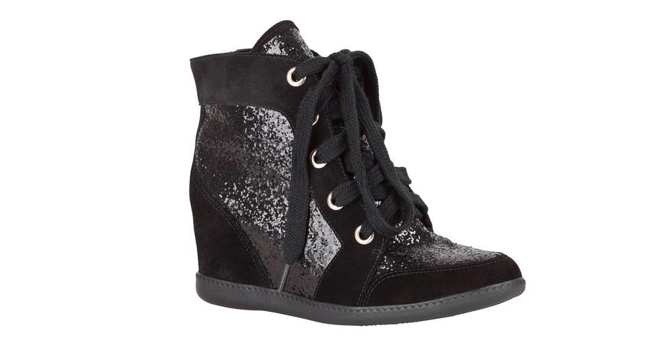 Tênis com salto e recorte em tecido de glitter; R$ 379,90, na My Shoes (Tel.: 11 3061-2839)