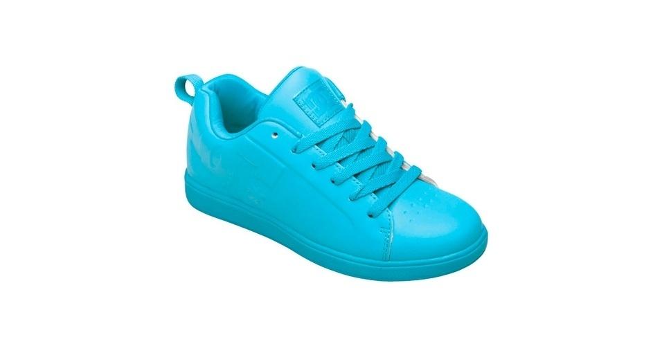Tênis liso todo em azul claro; R$ 282,70, na DC Shoes (SAC: 11 3366-9280)
