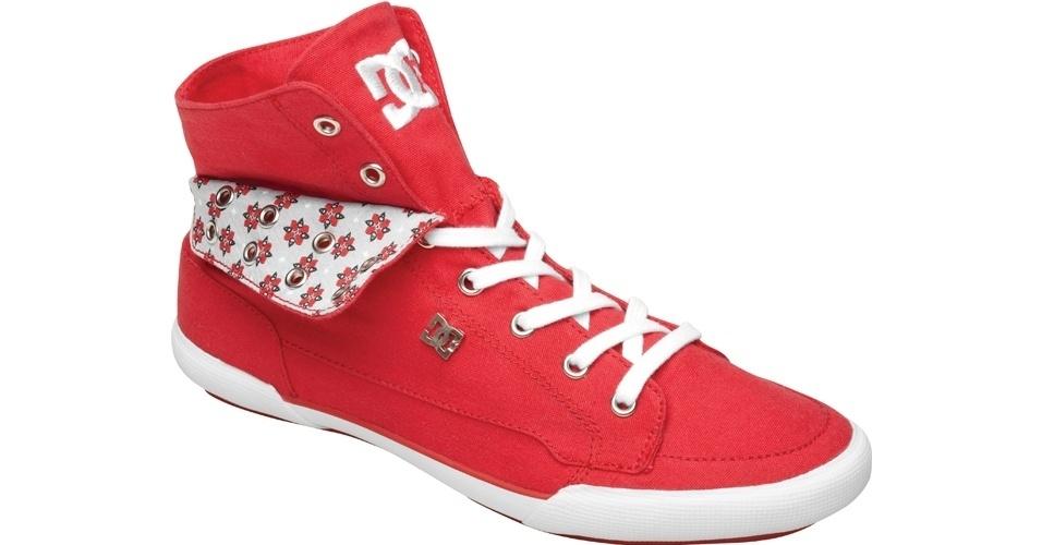 Tênis vermelho de cano alto, com aba estampada virada para fora; R$ 293,80, na DC Shoes (SAC: 11 3366-9280)