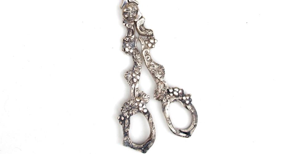 10.abr.2012 - Tesoura de prata para cortar uvas que pertencia a Clodovil. A peça será leiloada nesta quinta-feira (12) e tem lance livre