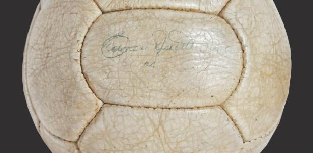 Bola de final da Copa de 1962 assinada por Pelé é atração em leilão em São Paulo