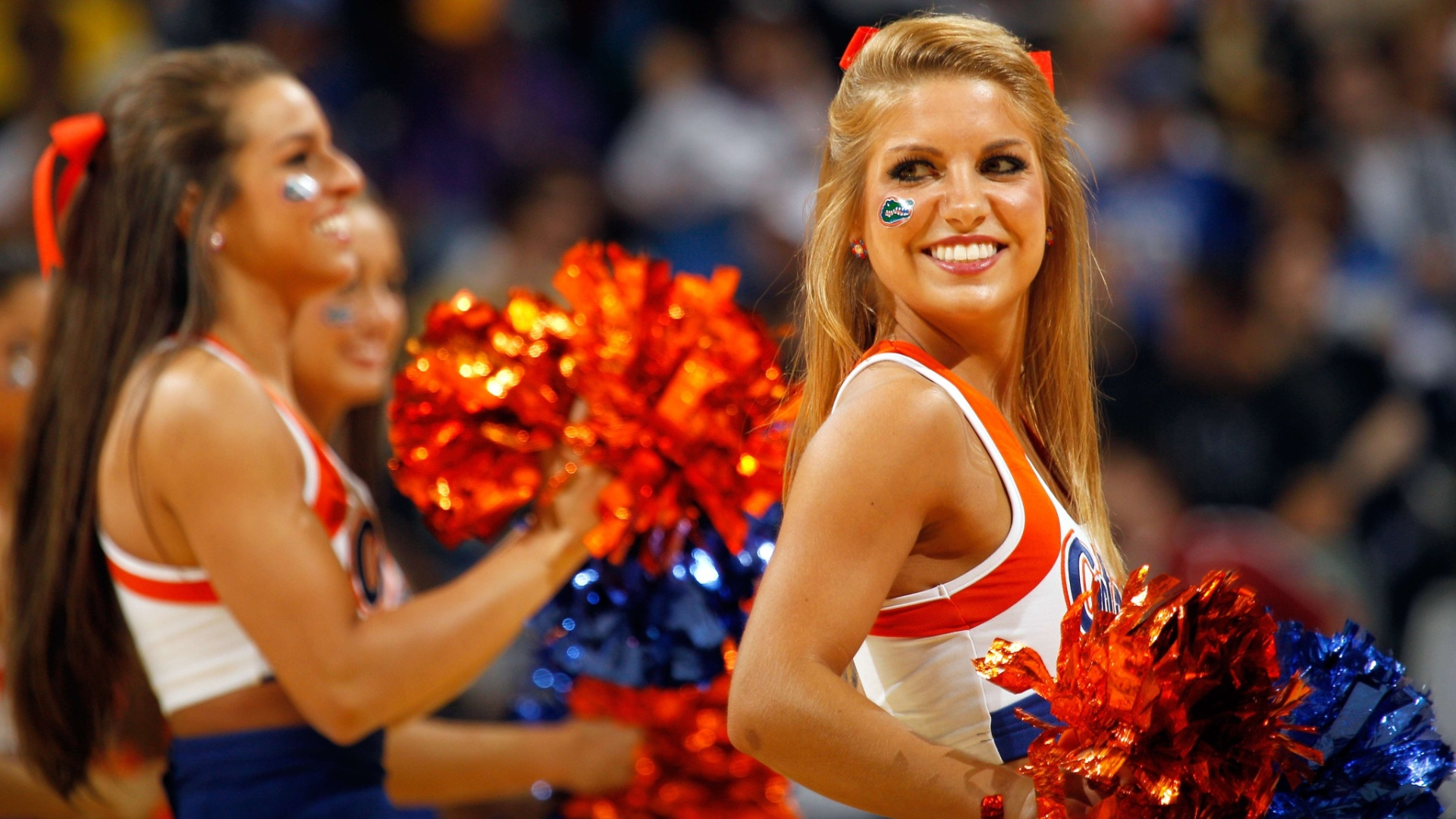 Cheerleader do Florida Gators sorri durante apresentao em jogo de basquete, nos EUA
