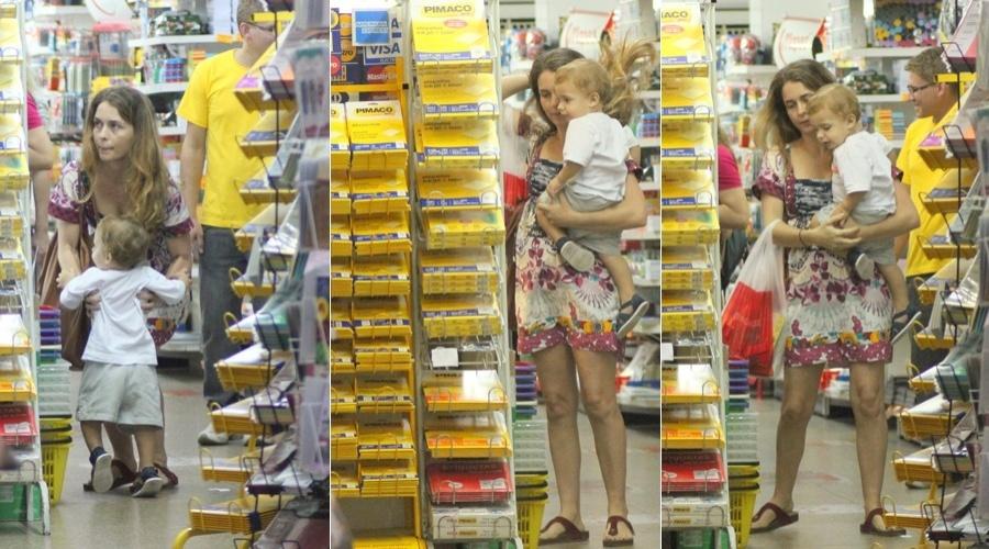 Cláudia Abreu visita uma papelaria no bairro do Leblon, zona sul do Rio (11/4/2012)