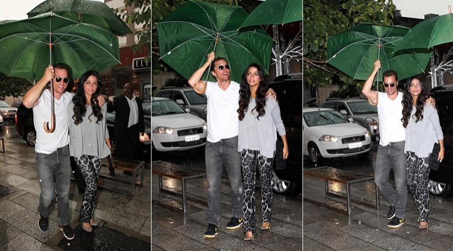 Debaixo de chuva,  Matthew McConaughey  e Camila Alves visitam loja em São Paulo (11/4/2012)