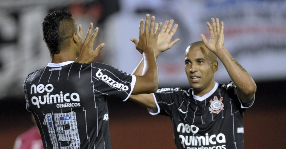 Elton e Émerson comemoram gol do Corinthians contra o Nacional-PAR (11/04/12)