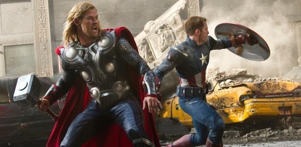 Chris Hemsworth (Thor) e Chris Evans (Capitão América) lutam juntos em cena de Os Vingadores