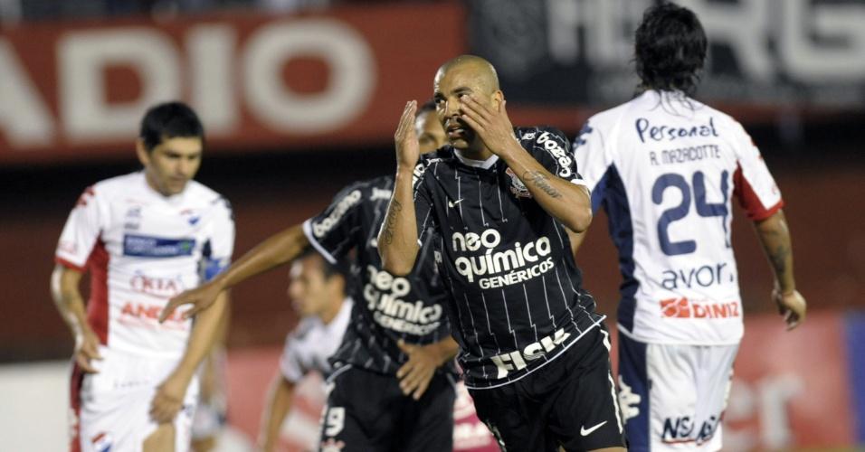 Émerson comemora ao marcar para o Corinthians contra o Nacional-PAR (11/04/12)