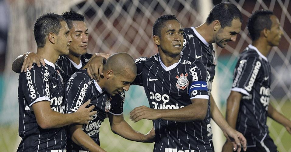 Émerson é abraçado pelos companheiros ao marcar para o Corinthians contra o Nacional-PAR (11/04/12)