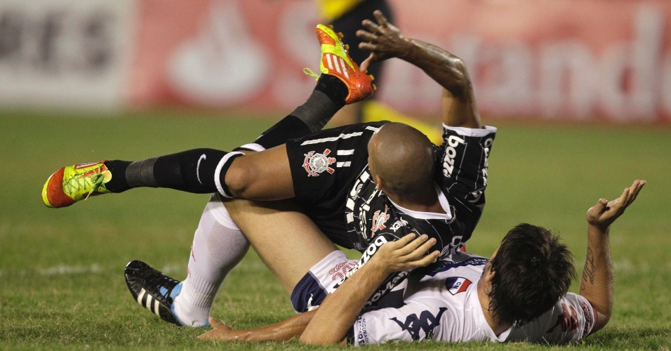 Émerson sofre falta na partida entre Corinthians e Nacional-PAR (11/04/12)