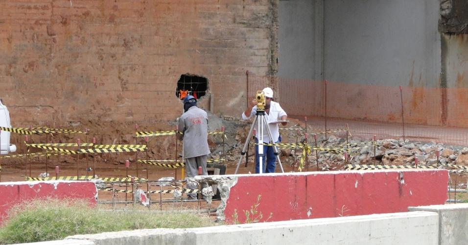 Engenheiros trabalham na reforma do estádio Beira-Rio do Internacional (10/04/2012)