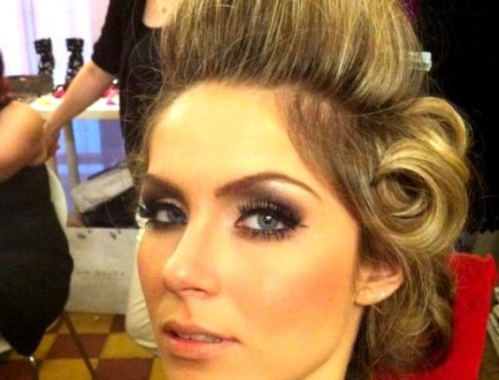 Ex-BBB Renata posa usando bobes nos cabelos (11/4/2012)