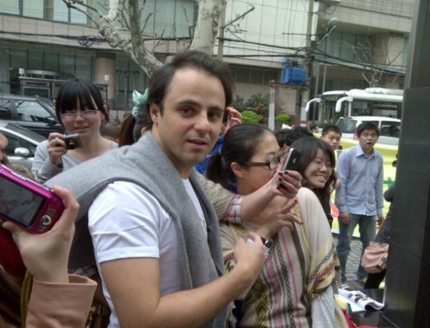 Felipe Massa é tietado por fãs em Xangai, antes do GP da China