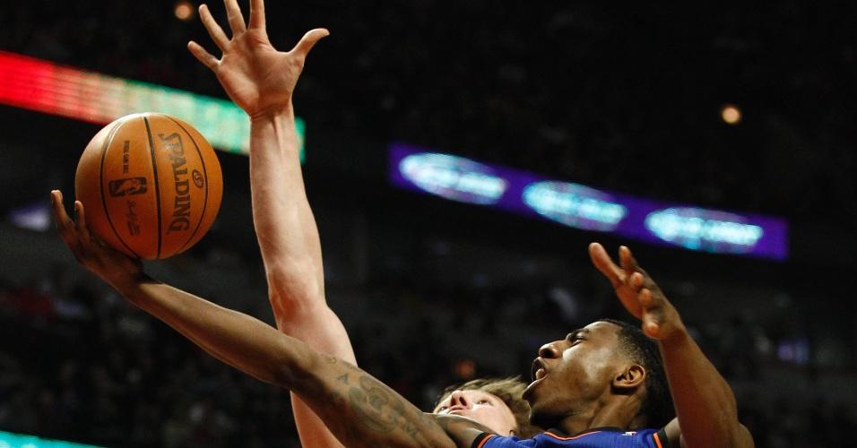 Jogador Iman Shumpert do New York Knicks (frente) vai para a cesta marcado por Omer Asik do Chicago Bulls em Chicago