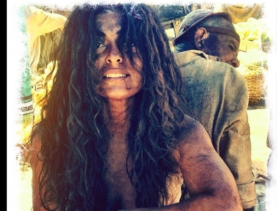 Juliana Paes aparece suja e com cabelo durante gravao do remake de 