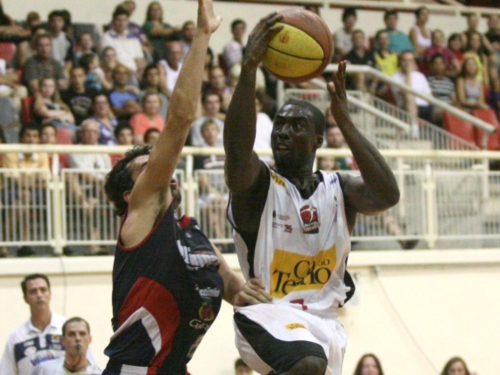 Kojo Mensah, do Joinville, encara a marcação de Vitor Benite, do Limeira