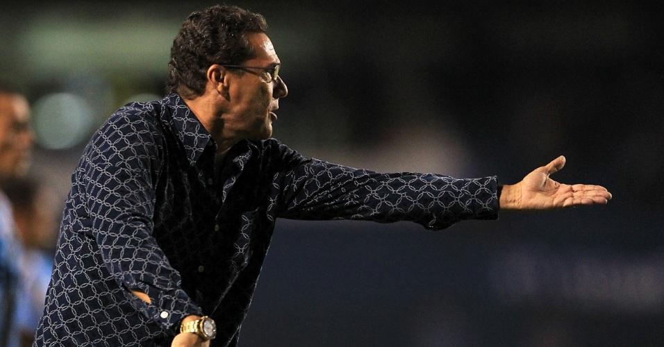Luxemburgo orienta o time do Grêmio durante a partida contra o Ipatinga