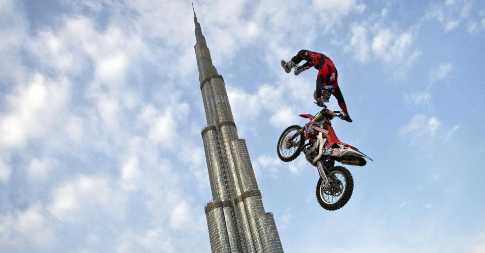 O motociclista australiano de acrobacias Josh Sheehan participa de prova em Dubai, nos Emirados Árabes Unidos