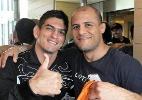 Em clima de amizade, Paulo Thiago e afegão posam abraçados antes de batalha no UFC