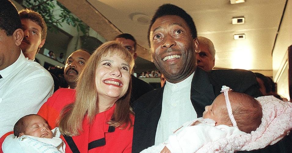 Pelé deixa o hospital com os gêmeos Joshua e Celeste, em 1996