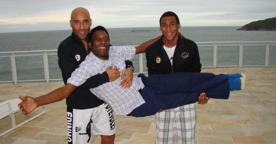 Pelé é carregado por seus filhos Edinho (esq.) e Joshua (dir.)