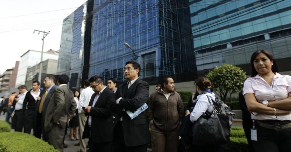 Pessoas esperam do lado de for a de prédio evacuado por conta de tremor de terra na Cidade do México