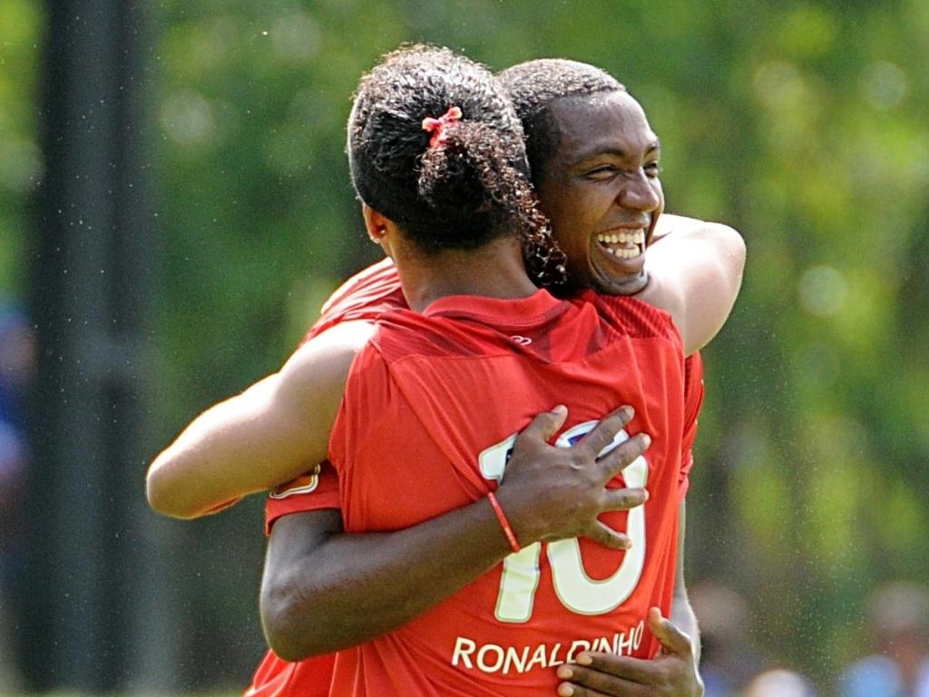 Renato Abreu participa de treino no Flamengo e abraça Ronaldinho Gaúcho (11/04/2012)