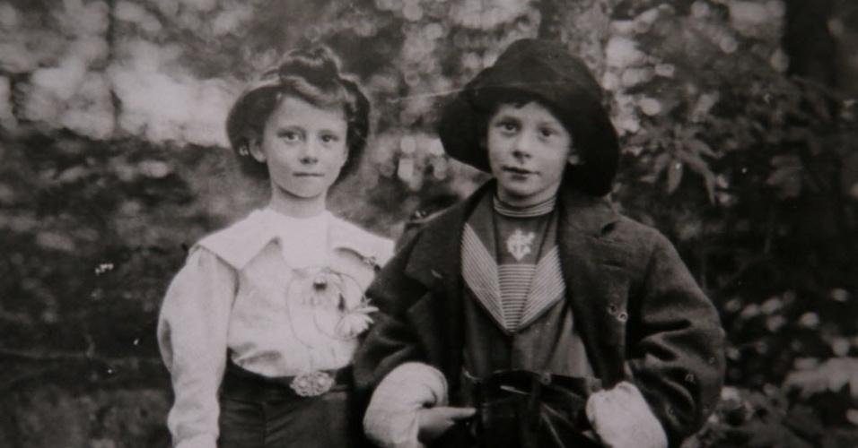 Ruth Stevely (esq.) é retratada ao lado de seu primo Dan Marvin, que morreu no naufrágio do Tiatanic há 100 anos. Em 1912 Marvin estava no navio com sua mulher e durante o naufrágio não conseguiu retornar ao bote para buscar a mulher que estava grávida