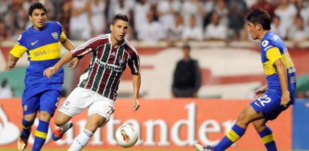 Thiago Neves tenta passar pela marcação do Boca Juniors no jogo da fase de grupos